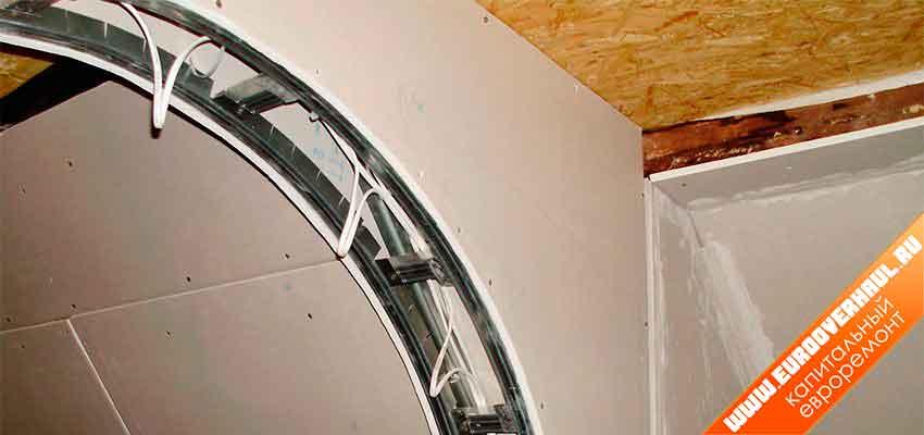 Проводку под подсветку в арке из гипсокартона закладывают заранее.