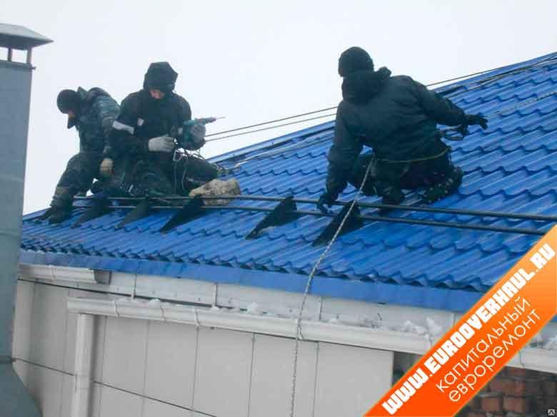 Установка снегозадержателей на крыше.