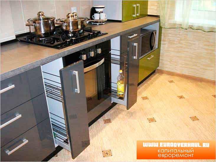 Кухонный гарнитур со шкафчиками для бутылок